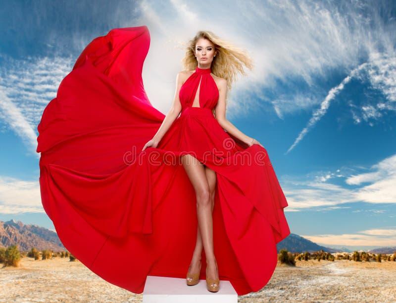 Mulher loura curvy glamoroso foto de stock royalty free