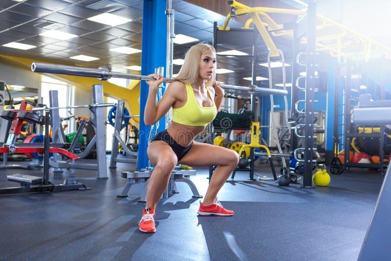 Mulher loura da aptidão no gym fotografia de stock royalty free