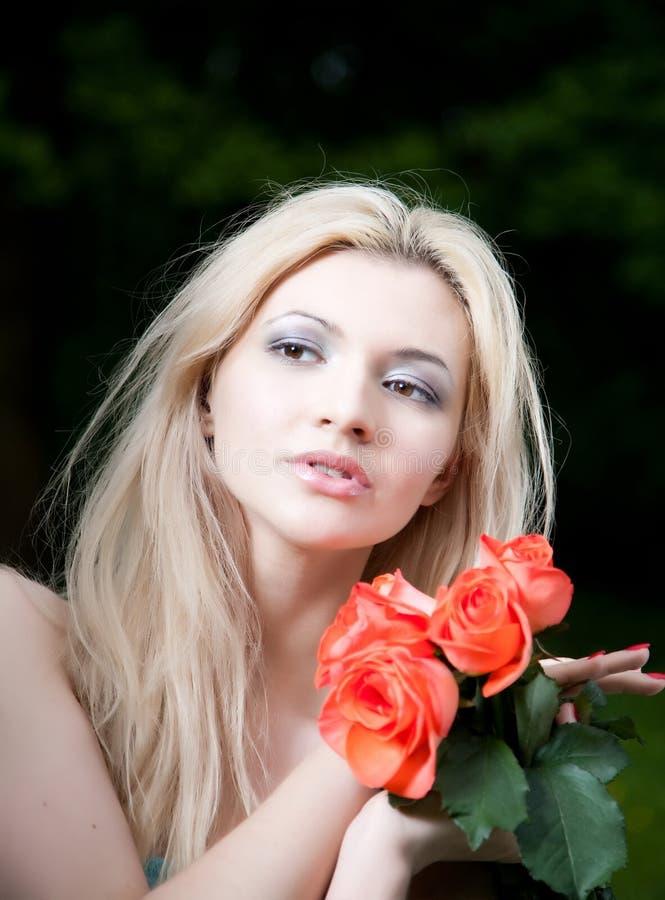 Mulher loura da beleza com rosas imagens de stock royalty free