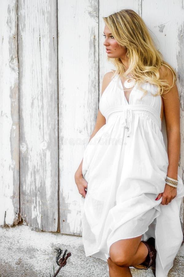 Mulher loura da menina vestida como o pa?s ou a vaqueira da explora??o agr?cola imagem de stock