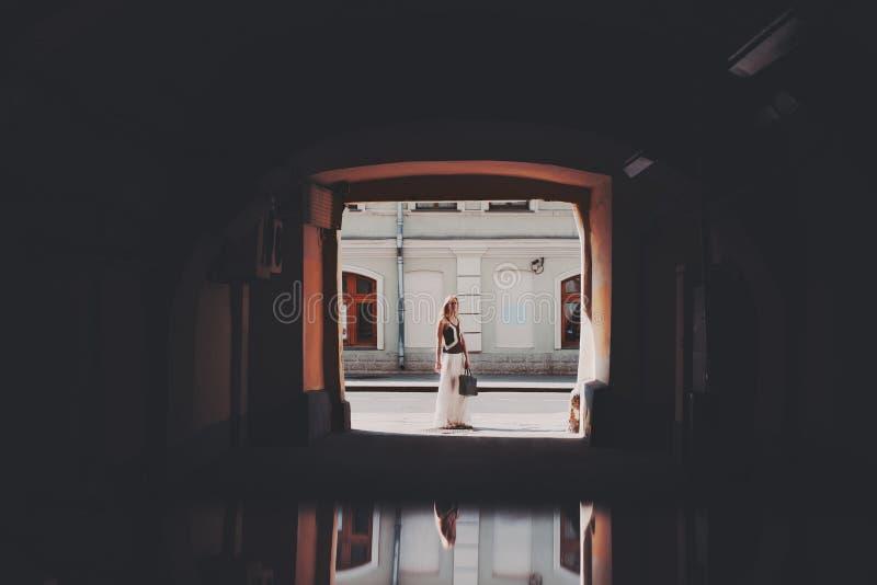Mulher loura de Butiful na extremidade do túnel fotografia de stock royalty free
