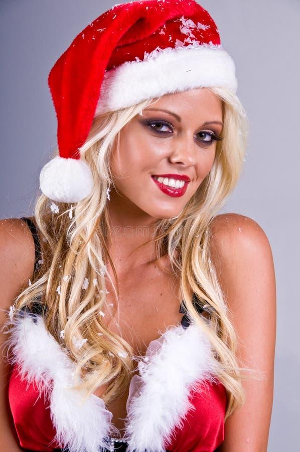 Mulher loura de Santa com neve fotografia de stock royalty free