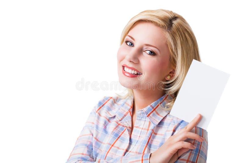 Mulher loura de sorriso atrativa com um cartão vazio fotos de stock