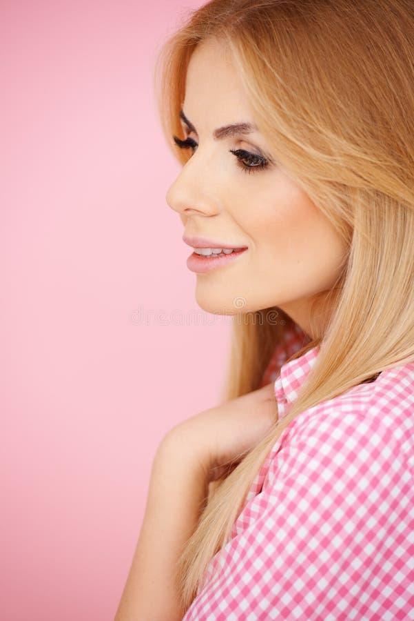 Mulher loura de sorriso em blusa checkered imagem de stock royalty free