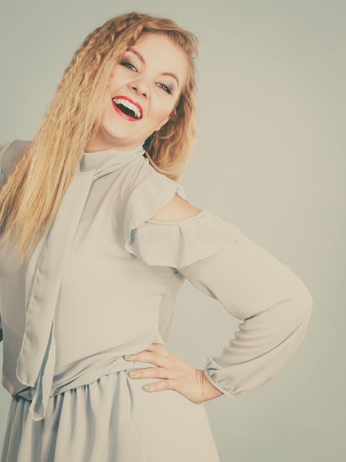 Mulher loura de sorriso positiva feliz fotografia de stock royalty free