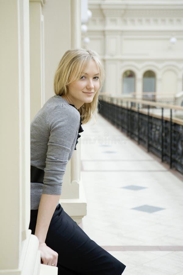 Mulher loura do retrato com olhos azuis fotografia de stock royalty free