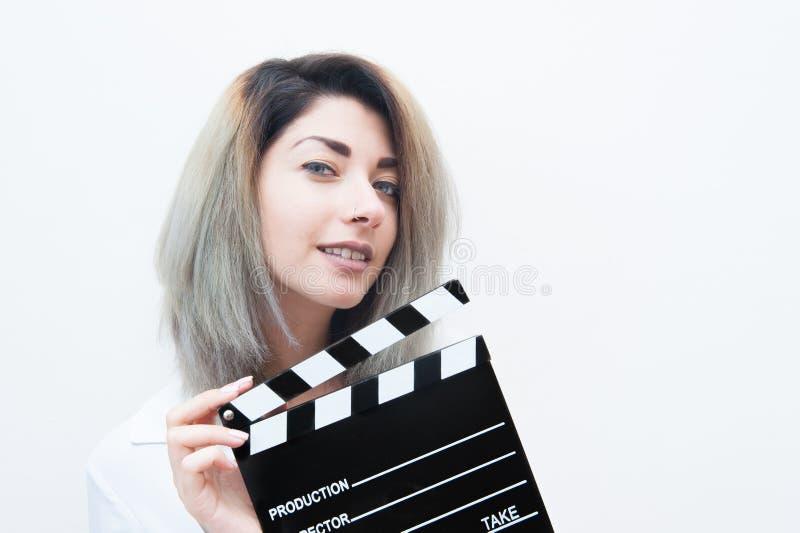 Mulher loura dos olhos azuis novos com válvula do filme fotografia de stock royalty free