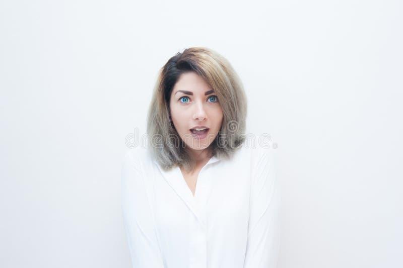 Mulher loura dos olhos azuis novos surpreendida fotografia de stock