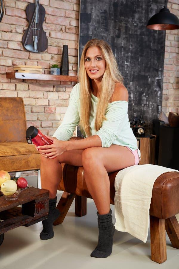 Mulher loura em casa pronta para treinar fotografia de stock
