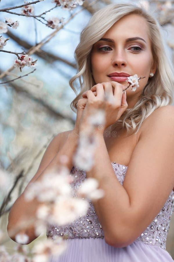 Mulher loura em um jardim florescido foto de stock
