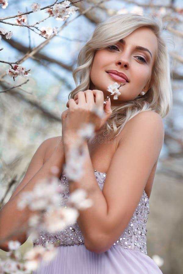 Mulher loura em um jardim florescido fotos de stock royalty free