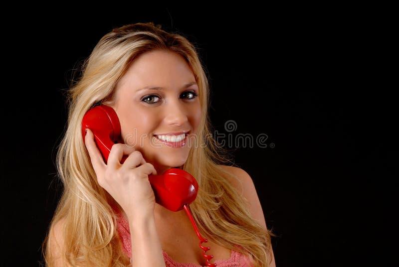 Mulher loura encantadora no telefone foto de stock