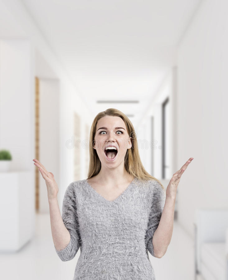 A mulher loura está feliz trabalhar no escritório imagens de stock