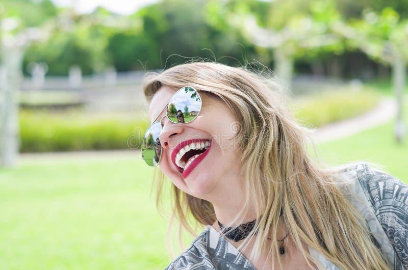 Mulher loura feliz nova foto de stock