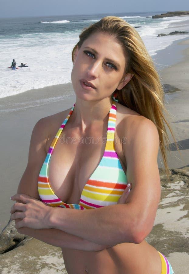 Mulher loura folheada do biquini novo que vacationing na praia imagem de stock royalty free