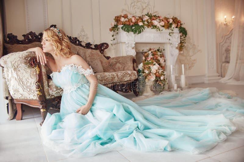 Mulher loura grávida da forma luxuosa em um vestido de casamento casamento imagem de stock