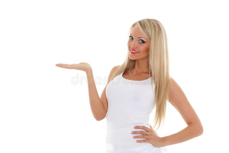 A mulher loura guardara um objeto imaginário em uma mão. fotos de stock