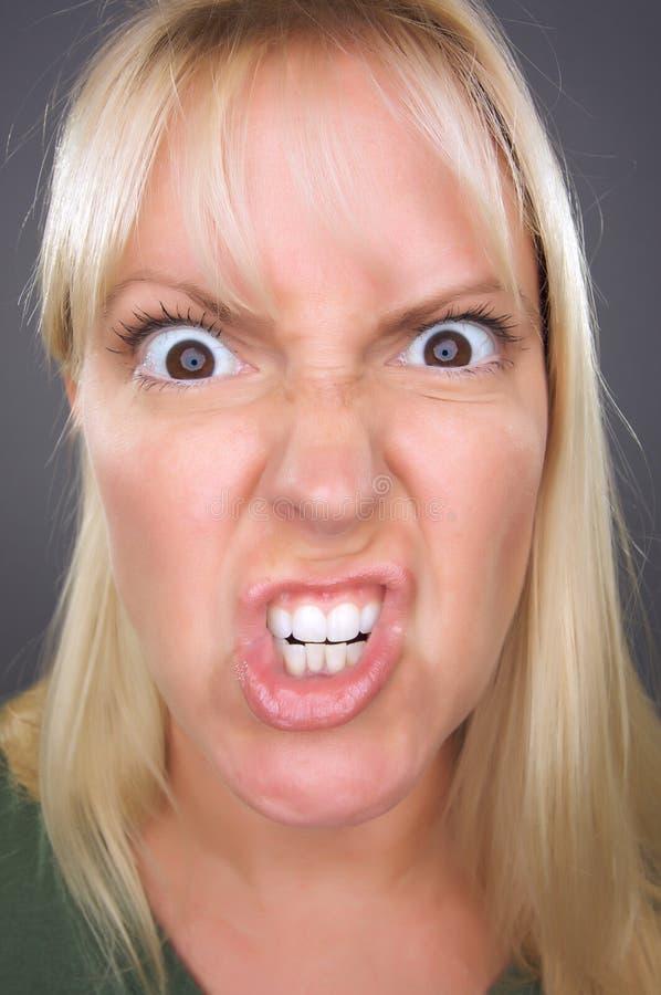 Mulher loura irritada foto de stock