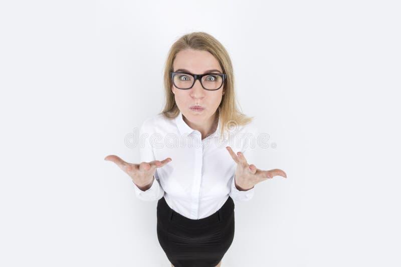 Mulher loura irritada nos vidros fotografia de stock