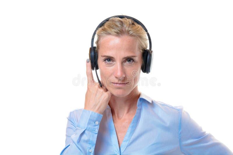 Mulher loura lindo com auriculares do telefone fotos de stock
