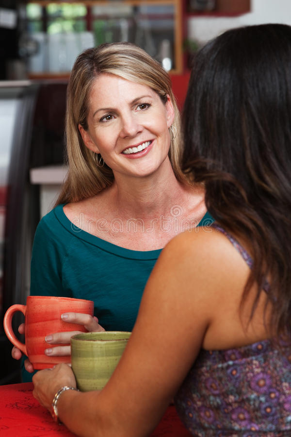 Mulher loura madura feliz com amigo imagens de stock royalty free