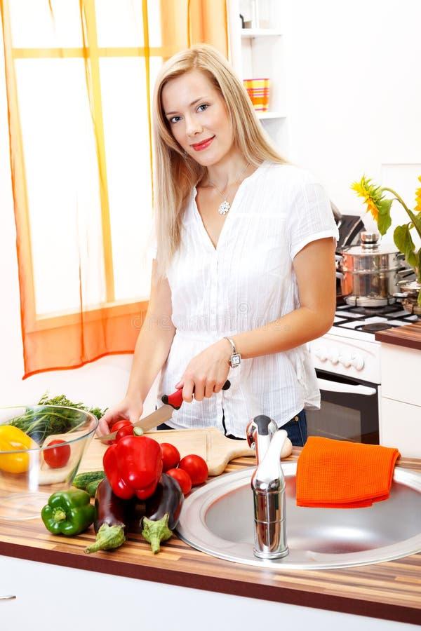 Mulher loura na cozinha fotos de stock royalty free