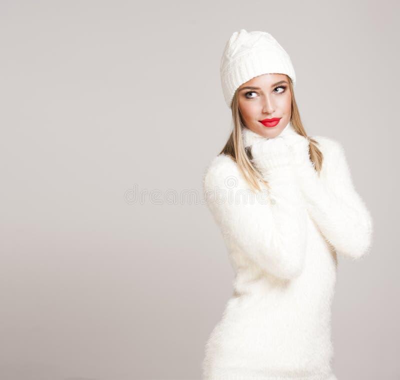 Mulher loura na forma do inverno fotos de stock royalty free