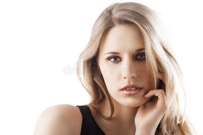 Mulher loura natural com a mão esquerda perto da face foto de stock royalty free