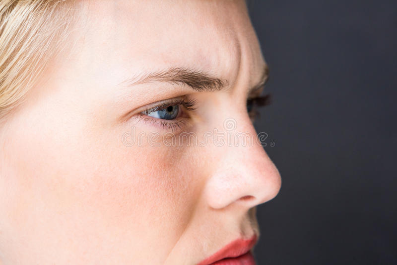 Mulher loura nervosa imagem de stock