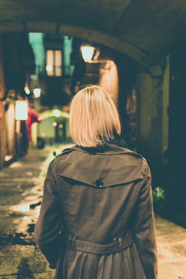 Download Mulher fora foto de stock. Imagem de blond, consideravelmente - 29832252