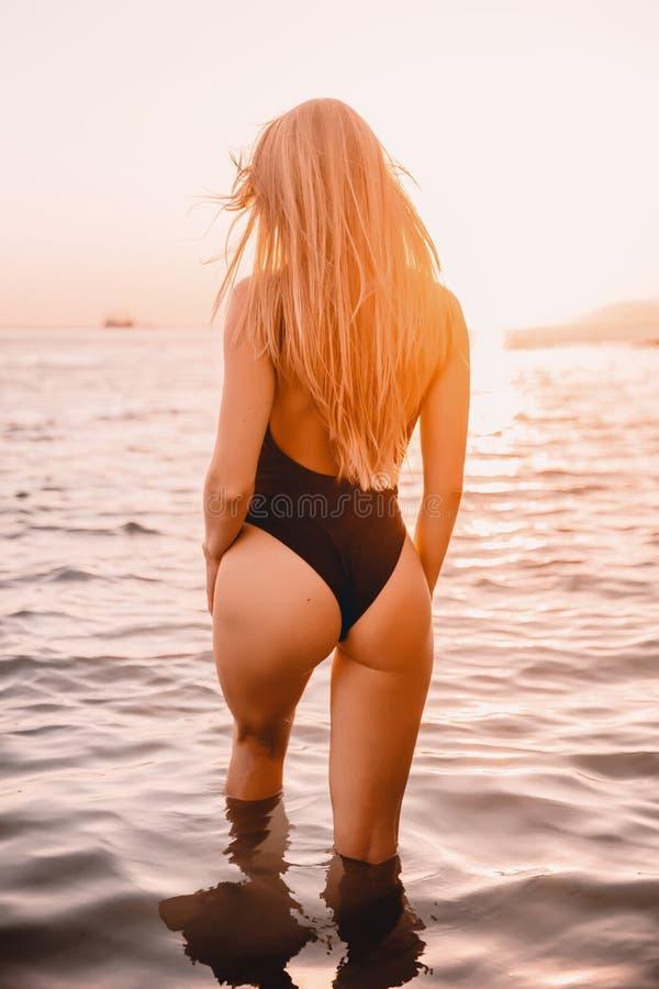 Mulher loura no biquini do roupa de banho com corpo perfeito fotos de stock royalty free