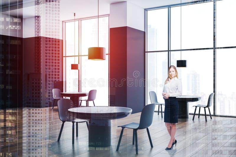 Mulher loura no café branco e preto imagem de stock