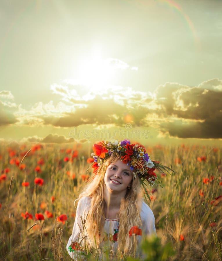 Mulher loura no campo de trigo foto de stock royalty free