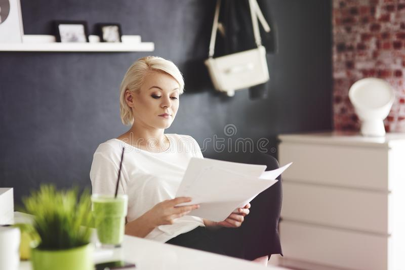 Mulher loura no escritório fotografia de stock royalty free