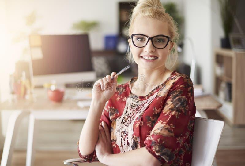 Mulher loura no escritório fotos de stock royalty free