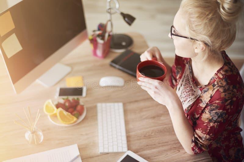 Mulher loura no escritório domiciliário imagem de stock royalty free
