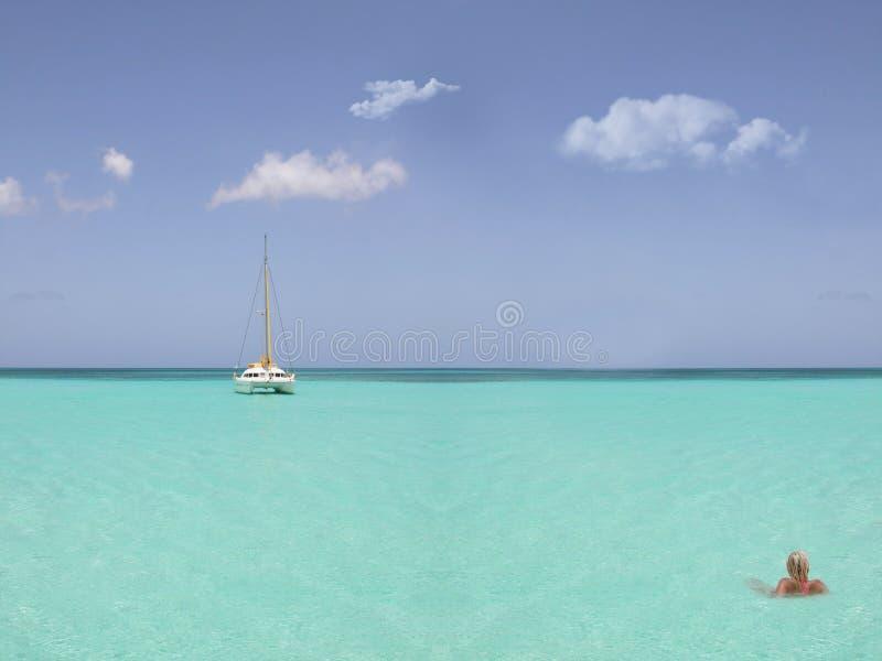 Mulher loura no mar foto de stock
