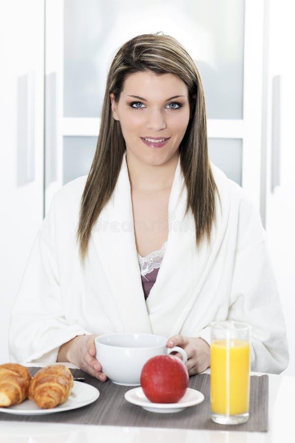 Mulher loura no pequeno almoço fotografia de stock