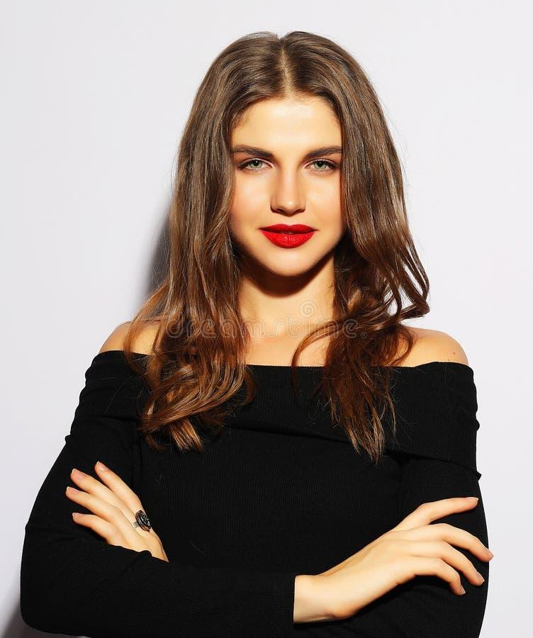 Mulher loura no vestido preto que levanta com braços cruzados e vista imagem de stock royalty free