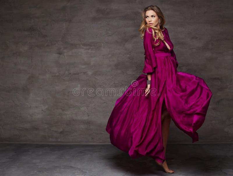 Mulher loura no vestido vermelho imagem de stock royalty free