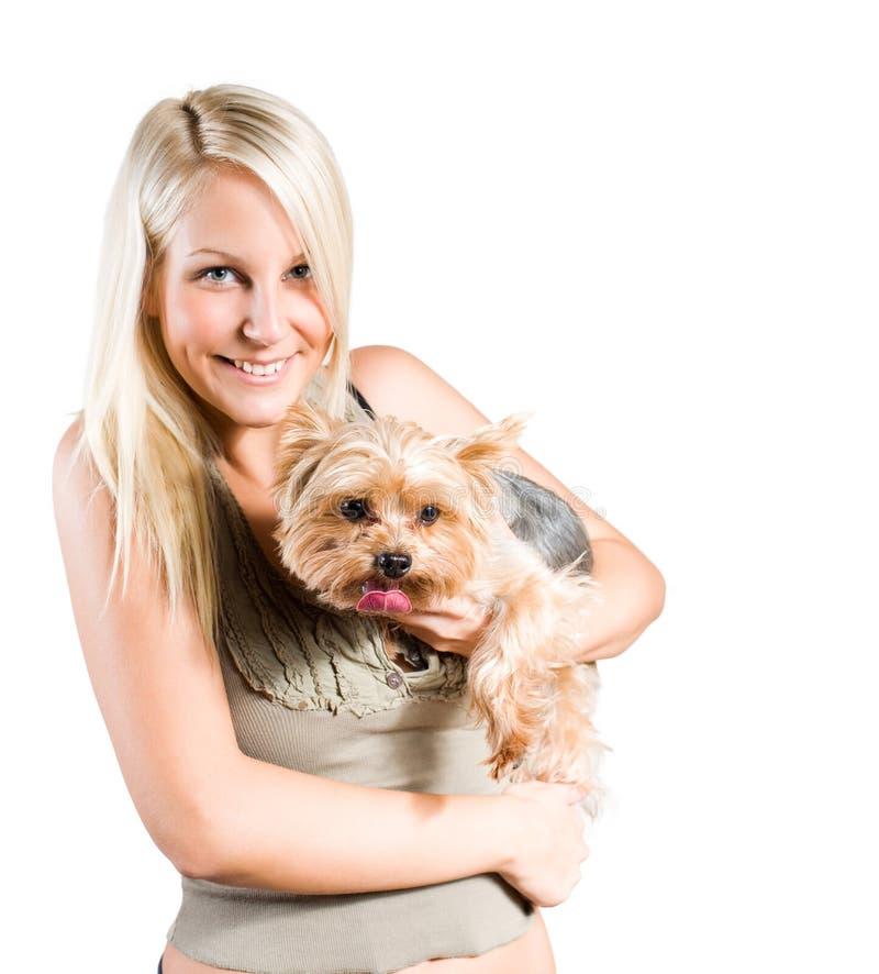 Mulher loura nova atrativa e seu cão. fotografia de stock royalty free