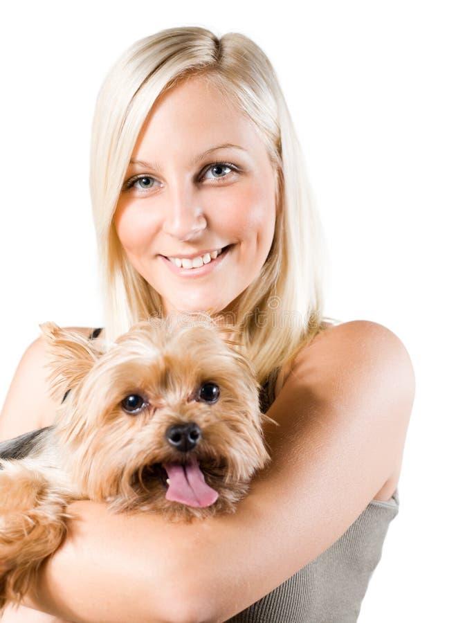 Mulher loura nova atrativa e seu cão. foto de stock
