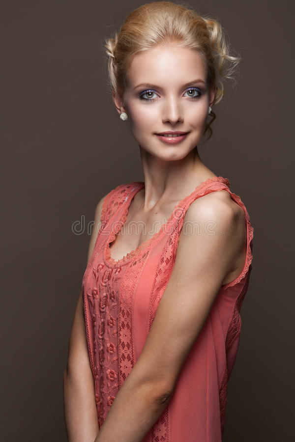 Mulher loura nova bonita foto de stock royalty free