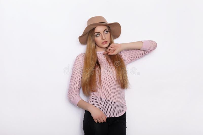 Mulher loura nova bonita bonito e à moda em poses modelo praticando da roupa na moda e vista afastado com sorriso ao estar fotos de stock