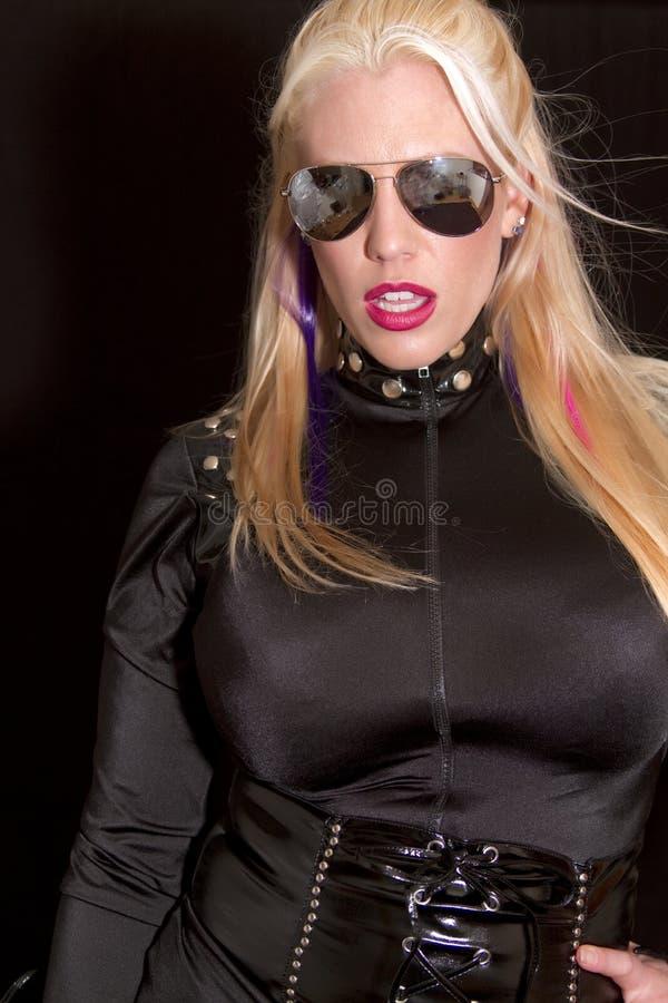 Mulher loura nova bonita com óculos de sol imagens de stock
