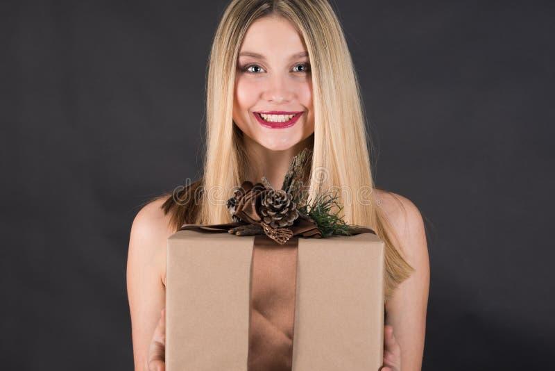 Mulher loura nova bonita com cabelo reto longo fotografia de stock