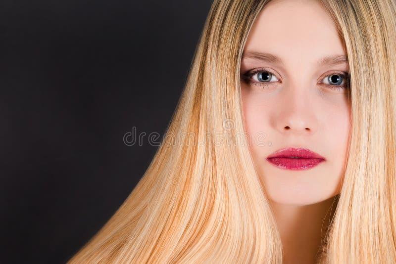 Mulher loura nova bonita com cabelo reto longo foto de stock royalty free