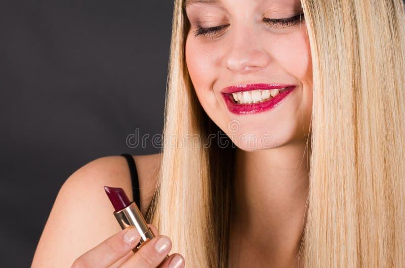 Mulher loura nova bonita com cabelo reto longo foto de stock