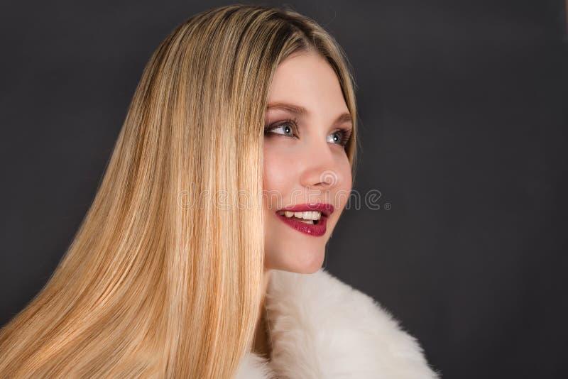 Mulher loura nova bonita com cabelo reto longo imagem de stock royalty free
