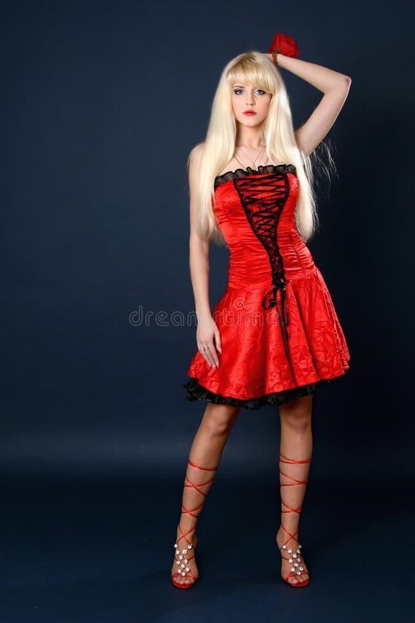 Mulher loura nova bonita no vestido vermelho fotografia de stock